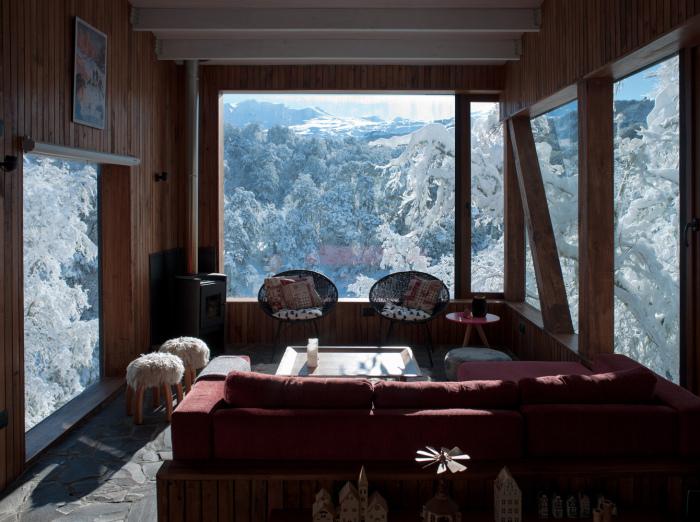 Гостиная горной загородной резиденции La Dacha (проект DRAA, Чили). | Фото: archdaily.com.