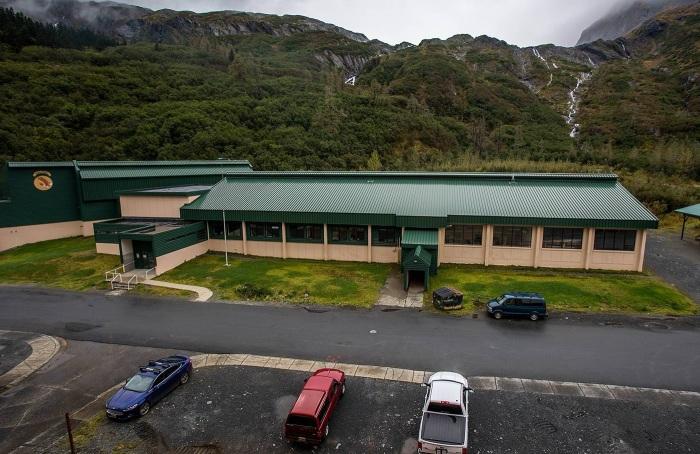 Здание школы находится недалеко от жилого корпуса (Whittier, Аляска). | Фото: macos.livejournal.com.