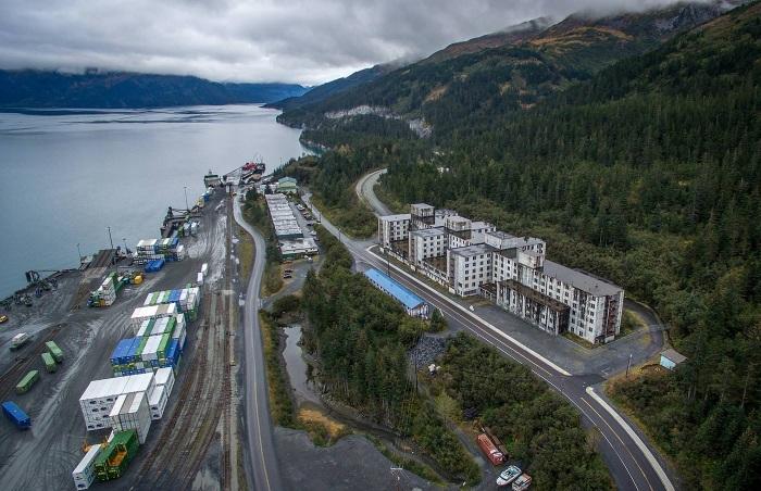 Остатки помещений военной базы, вход на которые охраняется и строго запрещен (Whittier, Аляска). | Фото: macos.livejournal.com.