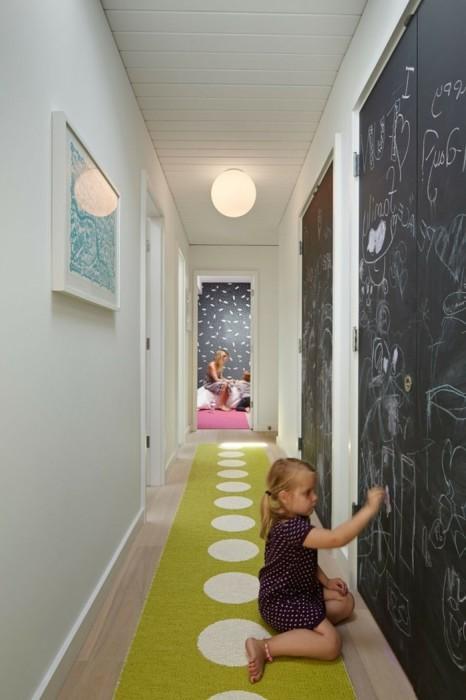 С помощью грифельной стены можно оформить акцентное пятно и подарить детям возможность рисовать. | Фото: dynfamiteg.ga.