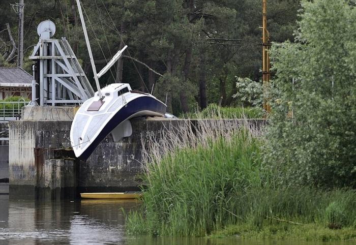 Австрийский художник Эрвин Вурма создал на старом пирсе яхту, которая вот-вот упадет в воду, «опустив нос» (Le bateau mou). | Фото: dailymail.co.uk.