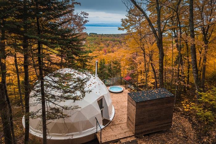 На деревянной платформе разместили купольный номер, зону барбекю и сарай для дров (Domes Charlevoix, Канада). | Фото: hiconsumption.com.
