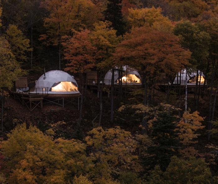 Деревянные платформы, для номеров установили на сваях (Domes Charlevoix, Канада). | Фото: hiconsumption.com.