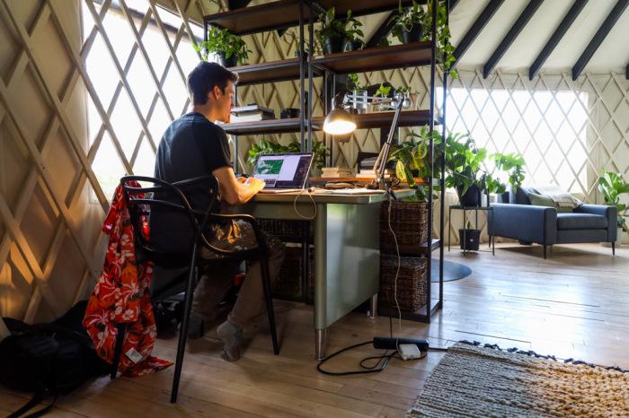 В юрте хватило места и для создания рабочего кабинета. | Фото: livingbiginatinyhouse.com.