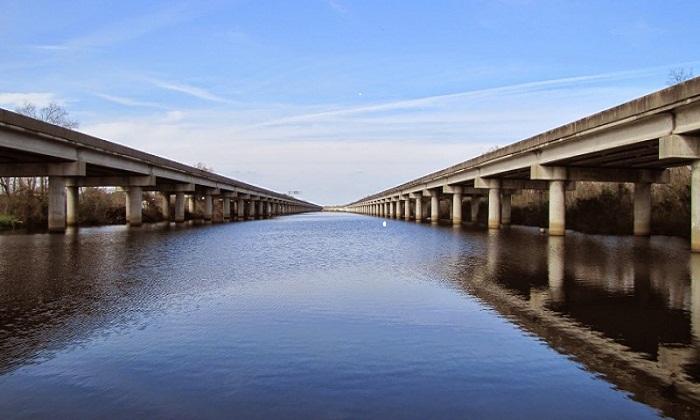 Мост Manchac Swamp bridge, является частью Луизианского шоссе (США).
