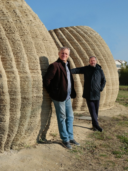 Руководители проекта Массимо Моретти и Марио Кучинелла возле экспериментальной модели TECLA. | Фото: corriereinnovazione.corriere.it.