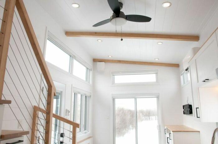 Благодаря обилию окон и белому цвету, мобильный дом кажется просторным и воздушным (Magnolia V8). | Фото: © Minimaliste Houses.
