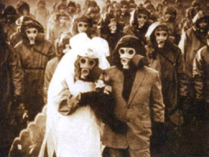 Свадьба в противогазах на острове Миякедзиму.