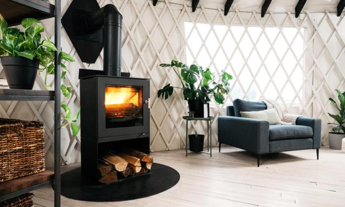 Чтобы обеспечить дом-юрту живым теплом, установили дровяную печь. | Фото: coolmaterial.com.