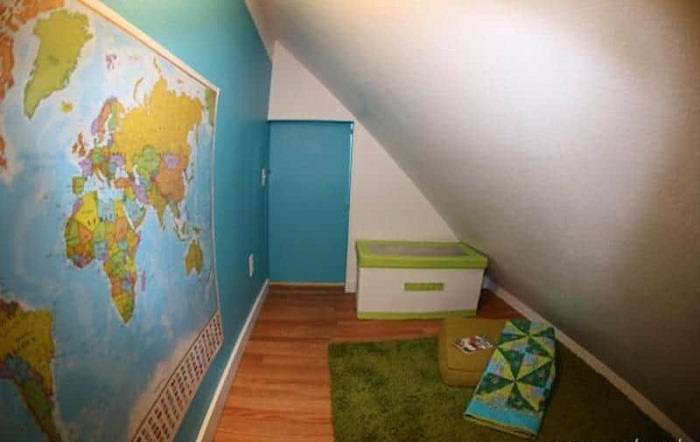 Главным украшением комнаты, стала огромная карта мира.