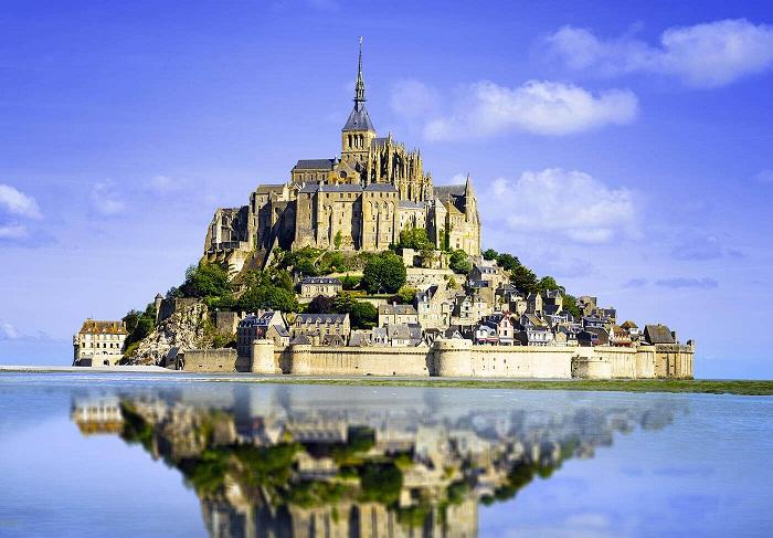 Остров-крепость Mont Saint-Michel – средневековая достопримечательность Франции («Гора Святого Михаила»).