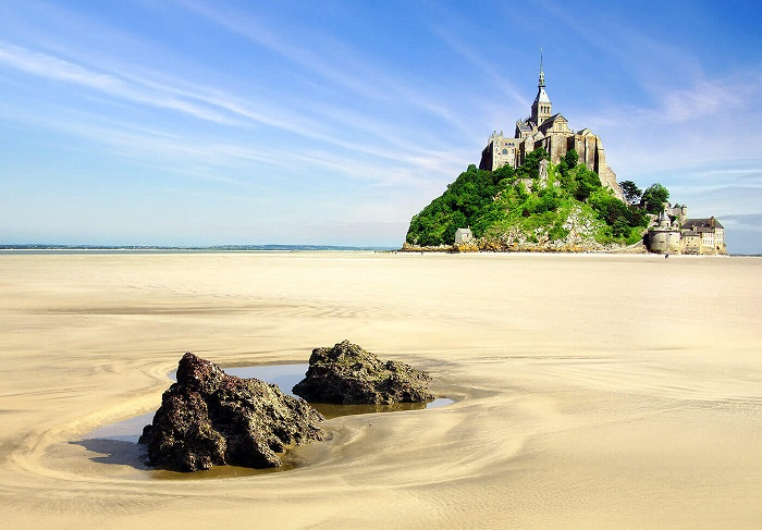 Остров Mont Saint-Michel известен своими приливами и отливами.