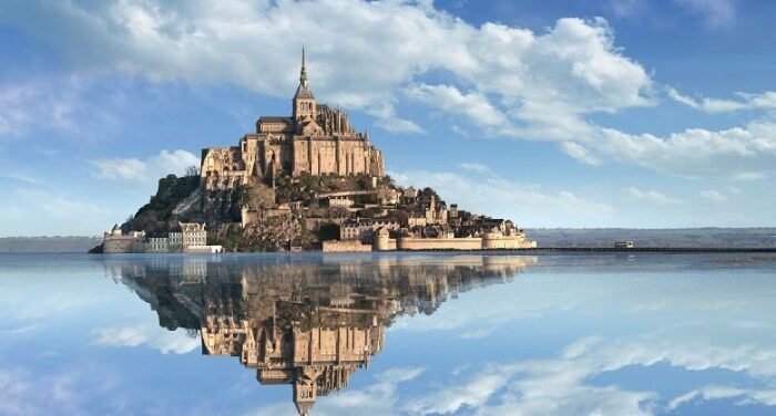 Аббатство Мон-Сен-Мишель – одно из самых узнаваемых архитектурных творений Франции.   Фото: besttimetovisit.com.pk.