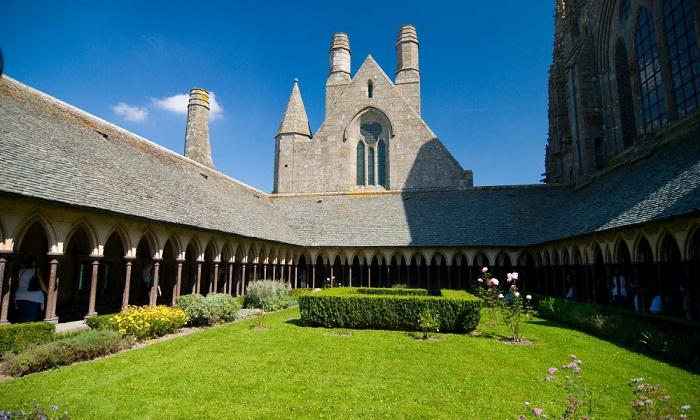 Аббатство Abbey of Mont-Saint-Michel было построено еще в 966 году.