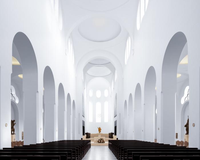 Сводчатые белые потолки, и помпезные колонны украшают Церковь Санкт-Мориц, в Аугсбурге (Германия). | Фото: ©Thibaud Poirier.