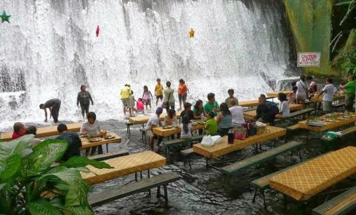 Во время обеда можно наслаждаться не только едой, но и прохладой кристально чистой воды («Labassin Waterfall Restaurant», Филиппины). | Фото: newtrend3.blogspot.com.