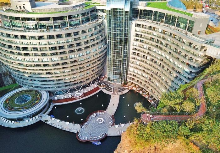 16 этажей отеля Songjiang InterContinental расположены на отвесной стене карьера ниже уровня земли (Китай).