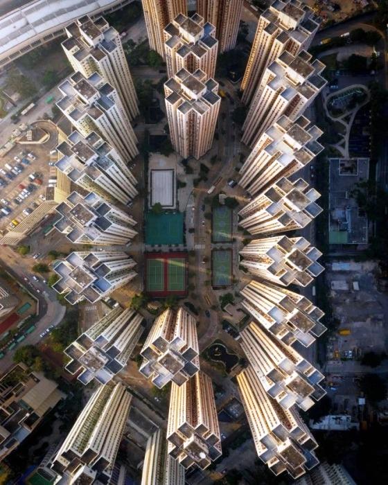 Внутридворовая территория высоток Гонконга (Китай). | Фото: bigpicture.ru/ Lee Mumford.