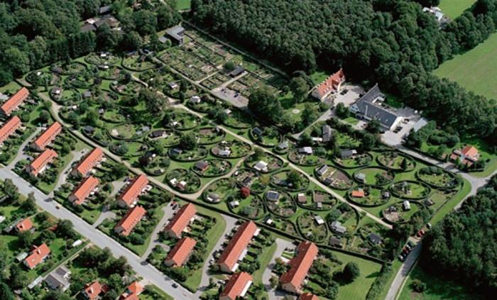 Соседство с традиционными участками лишь подчеркивает уникальность экспериментального района. | Фото: board.realestate.daum.net.