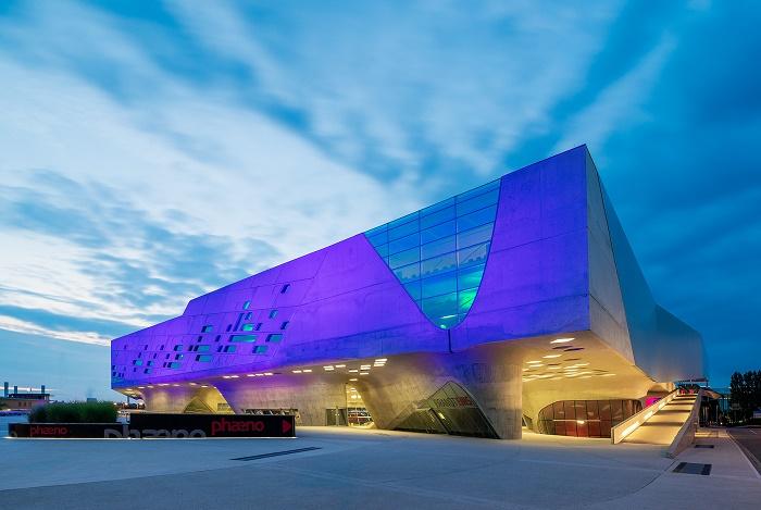 Научный центр Phaeno – интерактивный музей науки и техники в Вольфсбурге (Германия).   Фото: арх.фотографии.