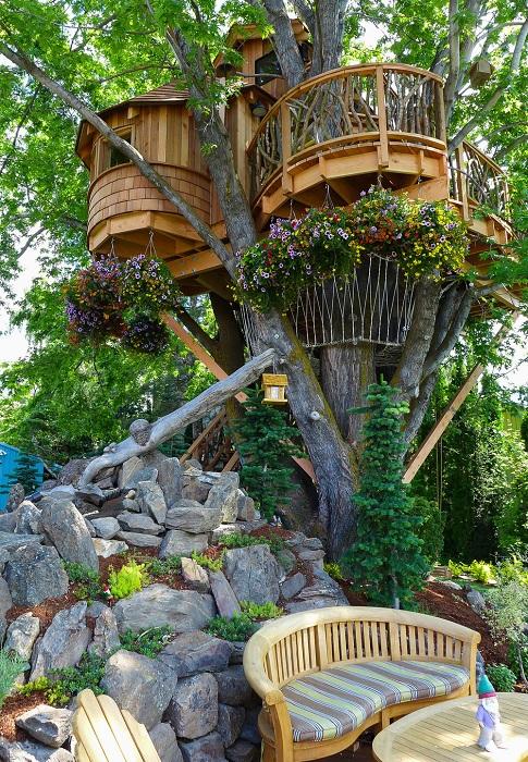 Искусно оформленная зеленая зона отдыха у основания дерева. | Фото: nelsontreehouse.com.