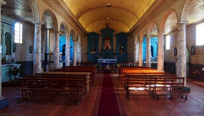 Внутреннее убранство церкви в Нерконе.