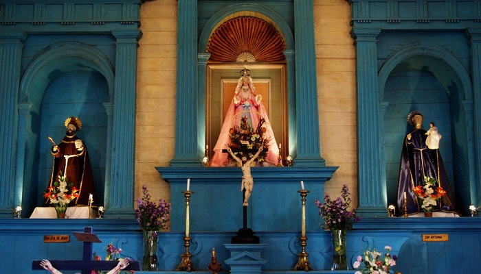 Алтарная часть храма в Нерконе — Св.Франциск, Дева Мария, Св.Антоний.