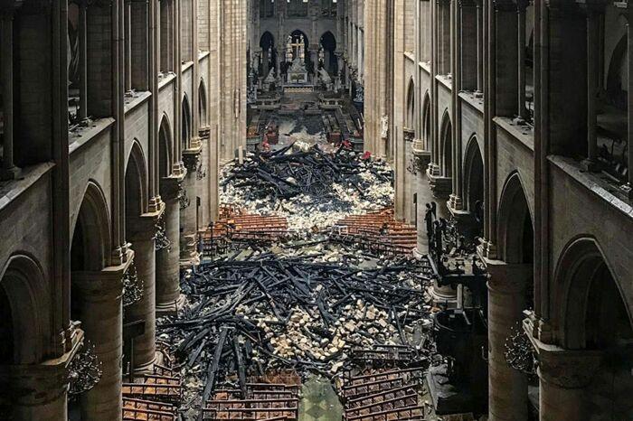 Понадобилось более 2 лет, чтобы укрепить оставшуюся конструкцию и очистить все пострадавшие помещения от обуглившихся остатков (Notre-Dame de Paris). | Фото: news.obozrevatel.com.