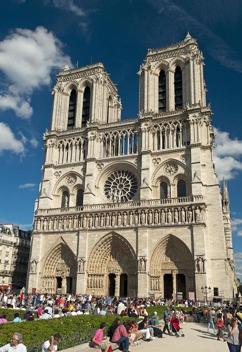 Величественный готический Собор Нотр-Дам в Париже (Notre-Dame Cathedral, Франция).