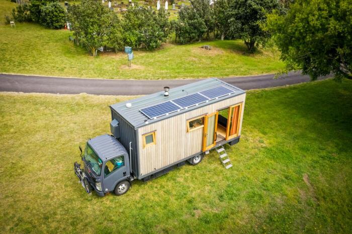 Мобильный дом-грузовик может автономно существовать в любом месте. | Фото: livingbiginatinyhouse.com.