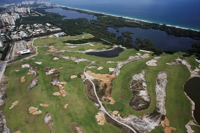Поле для гольфа, которое так и не привлекло никакого внимания местных жителей, также заброшено (Рио-де-Жанейро).