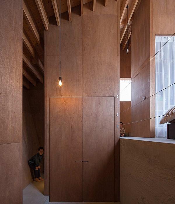 Шкафы в интерьере необычного дома.