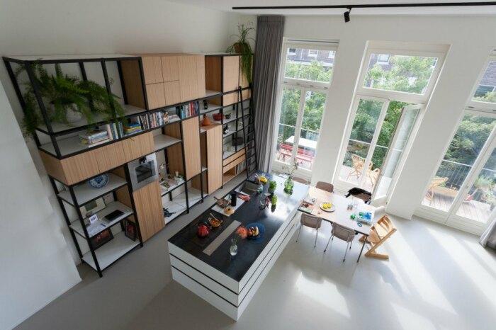Не вся площадь апартаментов подвергалась разделению на уровни. | Фото: inhabitat.com.