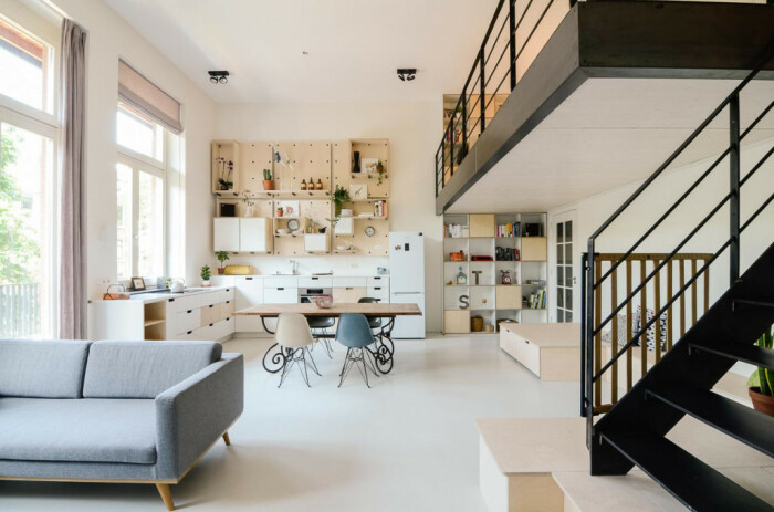 Открытая планировка позволила создать просторный дом для многодетной семьи. | Фото: designplusmagazine.com.