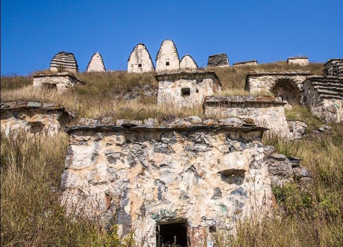 Самыми непритязательными склепами являются полуподземные строения, которые могли построить простые люди. | Фото: aquatek-filips.livejournal.com.