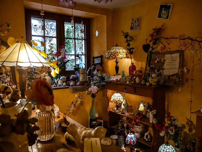 Винтажные предметы быта и цветочные композиции украшают интерьер магазинчика Бруно в деревне Ружмон-ле-Шато («L'arroisoir», Франция). | Фото: belfort-tourisme.com.