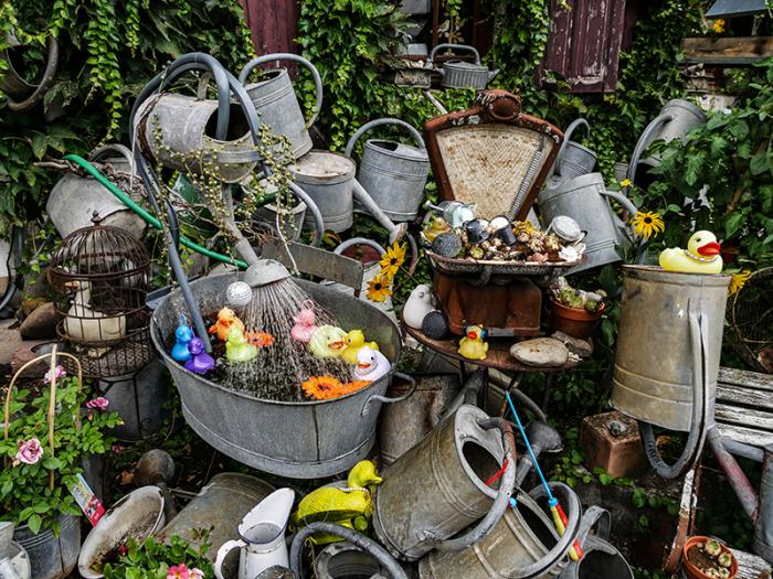 Коллекция раритетных предметов и садовых леек французского флориста постоянно пополняется («L'arroisoir», Ружмон-ле-Шато). | Фото: belfort-tourisme.com.