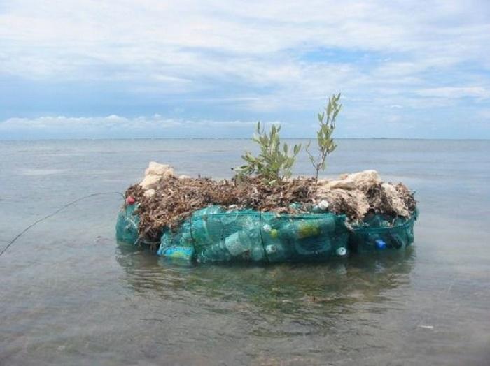 Первый эксперимент Ричарда с созданием плавучей платформы из пластиковых бутылок. | Фото: inenart.eu.