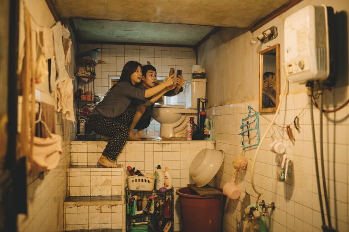 Жизнь в полуподвальной квартире в одном из районов Сеула (кадр и к/ф «Паразиты»). | Фото: kulturhusetstadsteatern.se.