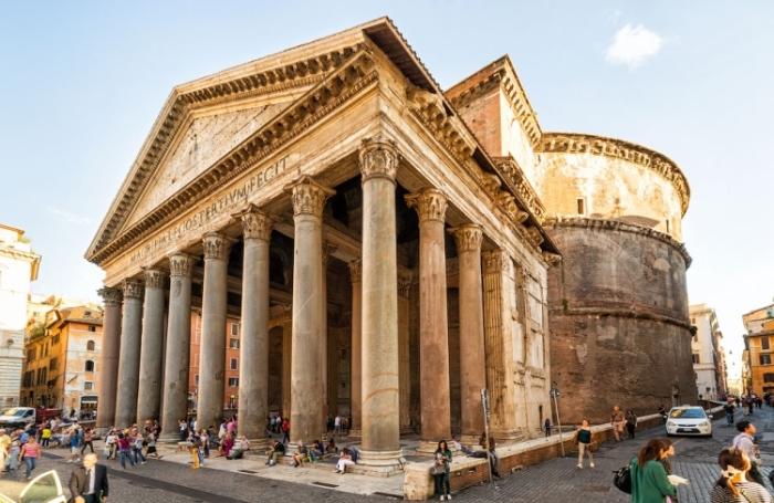 Считается, что античный храм, состоящий из огромной ротонды и портика, был построен в 124-126 гг. н.э. (Пантеон, Рим). | Фото: expertitaly.ru.