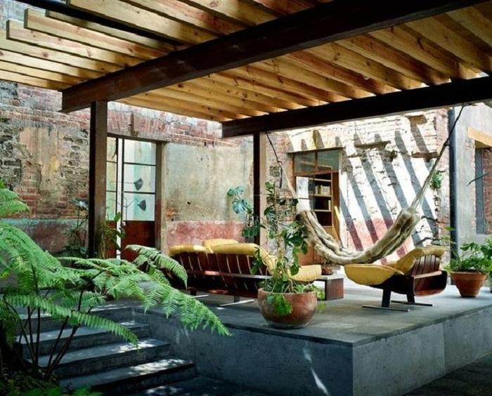 Деревянная конструкция перголы придаст домашнего уюта.