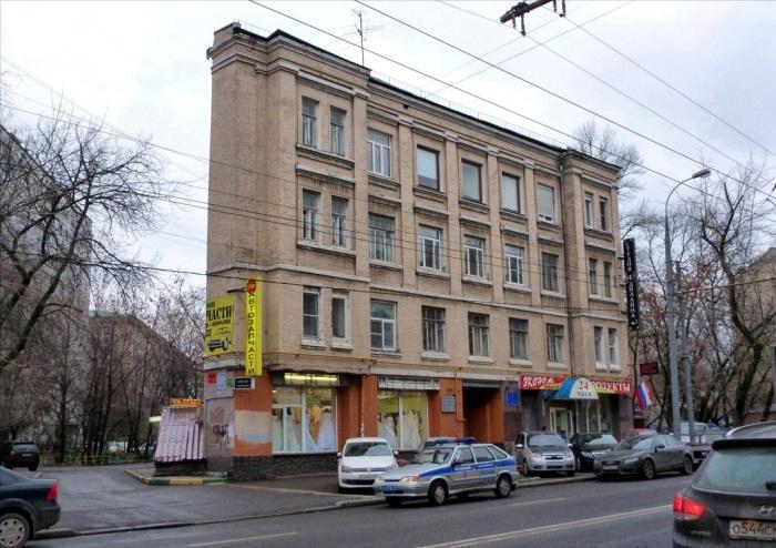 Благодаря созданному декоративному выступу создается иллюзия, что за фасадом ничего нет (Москва, Россия). | Фото: mosprogulka.ru.