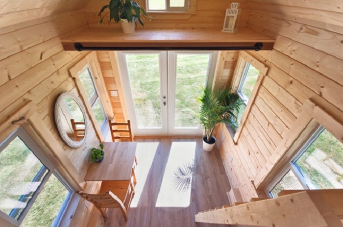 Установка большого количества окон и наличие высоких потолков сделали интерьер ярким, веселым и воздушным («Poco Pink», Канада). | Фото: tinyhousetalk.com.