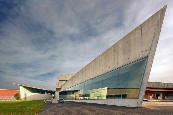 Теперь здание пожарной части Vitra превращена в выставочный центр (Вайль-ам-Рейн, Германия). | Фото: vseon.com.