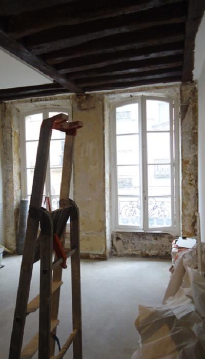 В старинном доме сохранились деревянные балки на потолке. | Фото: comeristrutturarelacasa.it.