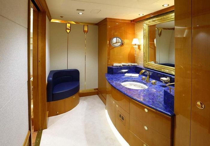 На двух палубах воздушного судна имеется 10 туалетных комнат!