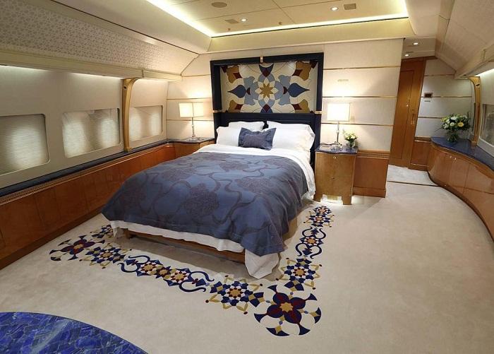 Стильно оформленная спальня на борту самолета.