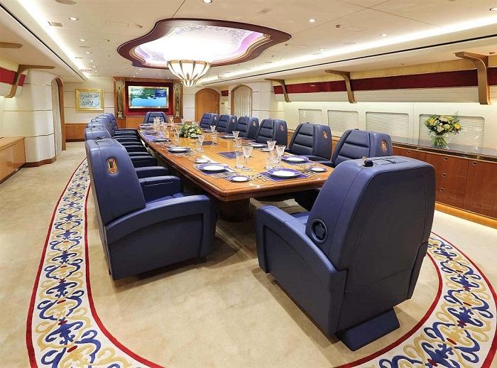 Роскошный конференц-зал иногда превращается в уютную гостиную.