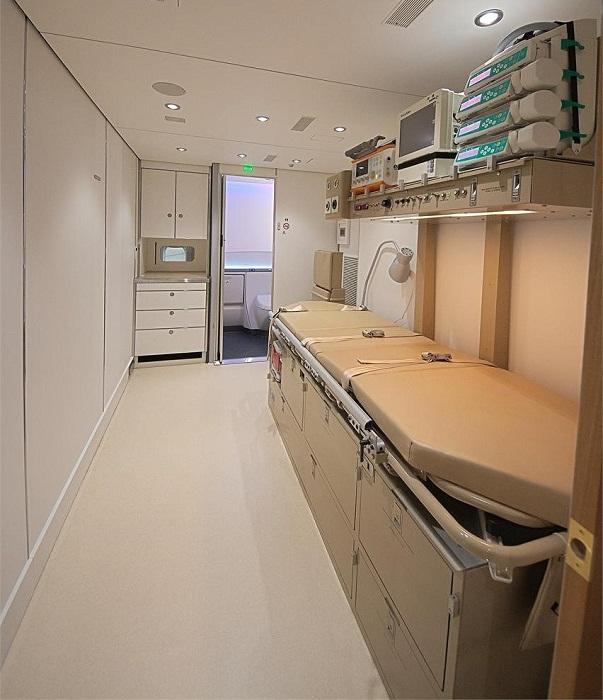 В этих необычных апартаментах есть свой медицинский кабинет со всей необходимой аппаратурой.