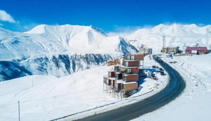 На горнолыжном курорте Верхний Гудаури создали фантастический отель из грузовых контейнеров.